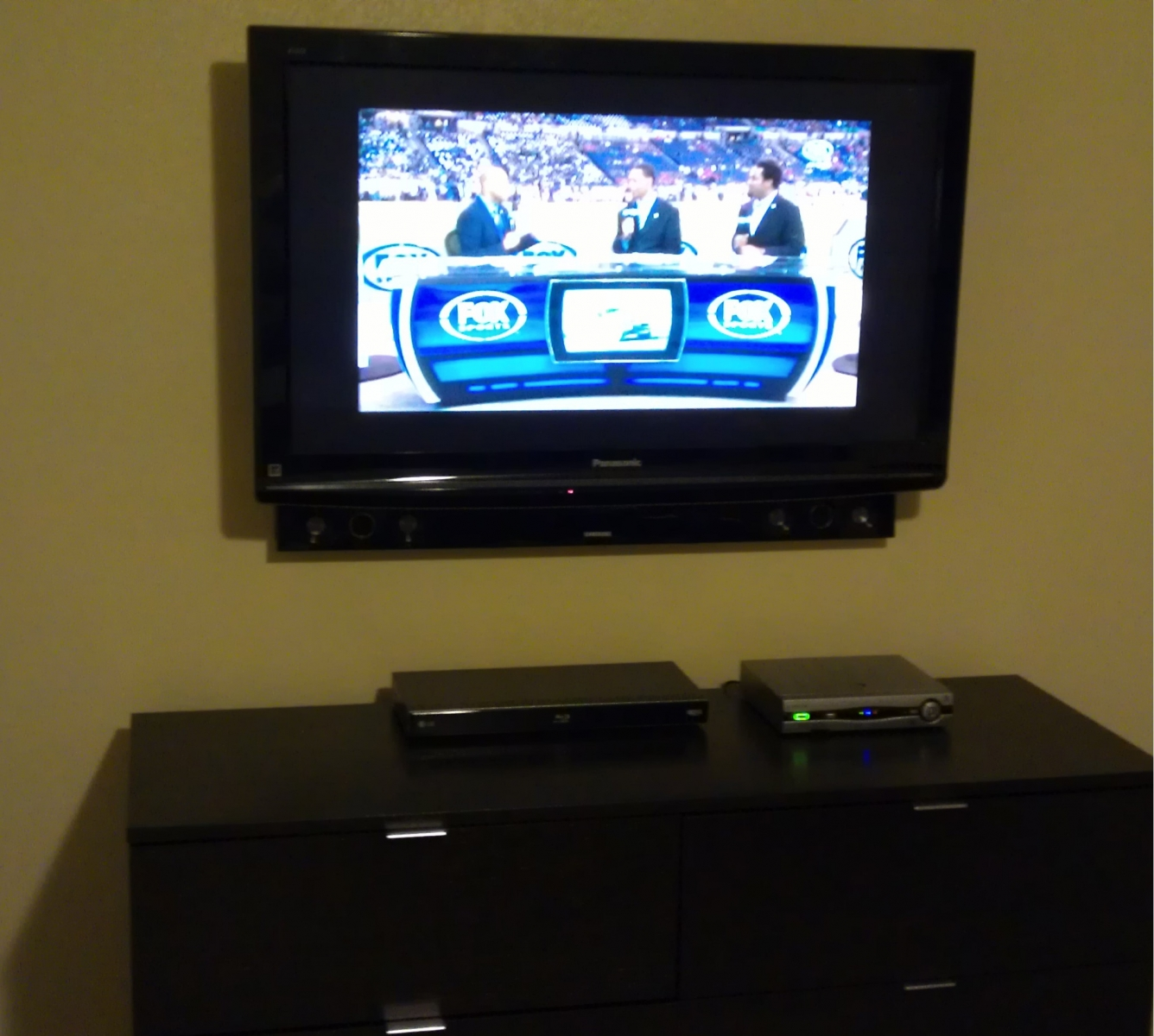 Wall Led Tv : Wall Mounted Led Tv With Sound Bar And Wall Mounted Dvd Blu Ray  Apps ...